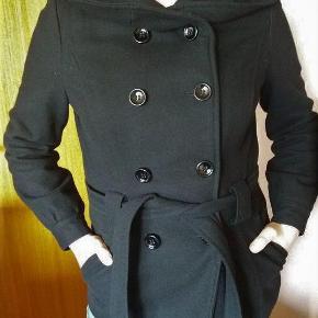 """Soya uldjakke i sort, super flot Størrelse: S/M Farve: Sort  Super flot sort uldjakke fra Soya. God men brugt.... men i det rigtig """"gode ende"""" Rigtig fint forårsjakke. Klassisk sort uldjakke, som er tidløs og altid på mode."""