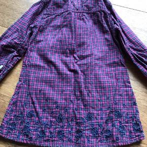 Lækker Hilfiger kjole str. 2T (86) Fremstår som ny. Fra ikke ryger hjem. Afhentes 6840 eller 6700