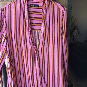 Fed bluse 🌺 lidt længere bag på🌺 som du kan se på billede nr. 4 🌺 NY🌺 mp 100 kr.