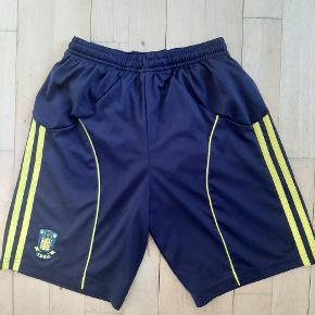 Næsten som nye fede Brøndby fodbold shorts.  Kig endelig forbi mine andre annoncer.   Kan hentes på Amager eller sendes mod betaling
