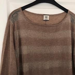 Tynd stribet strik i uld.  Brugt få gange Materiale: 40% uld, 40% akryl 20% lurex Nypris 650,00 DKK Se også mine andre annoncer 😊