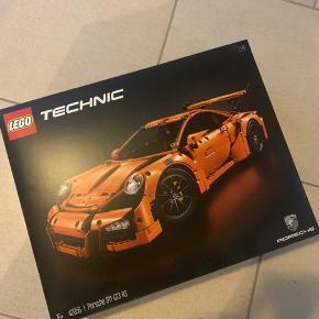 LEGO Porsche  Er samlet. Kan skilles ad inden levering hvis det ønskes.  Alt er der.