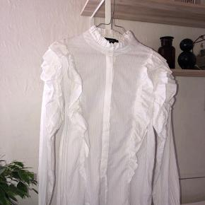 Super fin flæse skjorte med fine detaljer fra Soaked in Luxery. Brugt maks 2 gange. Lidt gennemsigtig☀️