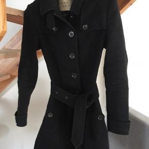 Sælger denne Burberry Brit frakke. Den har været brugt to år i træk og der er kommet to huller i foret - det kan dog sys. Derudover trænger den bare til rens. Sælges derfor billigt. Nypris var omkring 7.000.