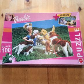 Jeg sælger dette flotte puslespil. Barbie puslespil med 100 brikker, str. 48X34 cm. Ingen brikker mangler. Velegnet fra 6 år. Kommer fra et ikke ryger hjem. Sælger det for 45kr, sender gerne mod betaling.
