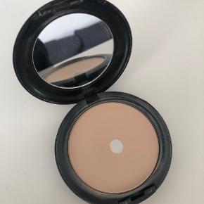 MAC studio fix powder plus foundation i farven NC15 Sælges da den er blevet for lys til mig. Nypris var 270 kr.  📦 Kan sendes med DAO eller Post Nord (sender som regel samme dag, ellers næste dag) 📍eller afhent i Ishøj  📲 Betal med MobilePay