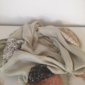 Mærke: Saint Tropez Style: F9191 Farve: lys grøn Materiale: 100% Viscose Tørklædet: måler 97x105. Let skinnende med perler som blomster i sølv, sort, rosa og grøn Stand: aldrig brugt  Sælges: kr 60  Har samme tørklæde i lys rosa