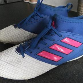 Varetype: Fodboldstøvler Størrelse: 35½ Farve: se billed  Adidas fodboldstøvler i str 35½. Brugt få gange.  Mindste pris er 125kr + porto