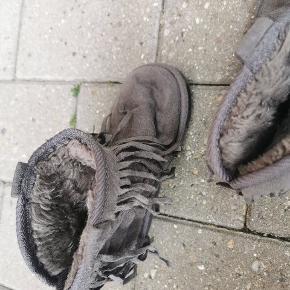 Super søde støvler med frynser hele vejen rundt på. De er fine til små piger som passer str 30. #Secondchancesummer