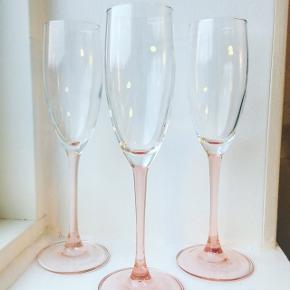 Fine franske lyserøde champagnefløjter 🌸 perfekt til nytår✨ 9 styk 375kr 💫 #champagne #champagneglas #nytår #borddækning #champagnefløjter