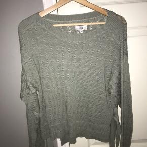 En super fin sweater fra Noa Noa, med et lille bånd. Rigtig god kvalitet og dejlig. Trøjen er kun prøvede på, og den sælges da den ikke er min stil.  Str. M