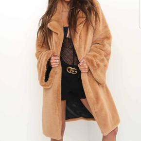 Populær i.am.gia faux fur jakke - flared ærmer med enkel hægte foran.  Ubrugt  stadig med tags - str L men passer også M for at opnå oversize looket - Sælges også i sort Iamgia , zara , H&M ,
