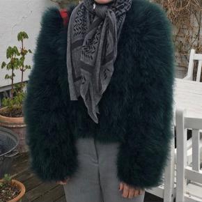 Så smuk pels i ægte strudsefjer.