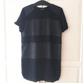 Sort kjole fra soulmate i str L. Måler ca 53 cm fra ærmegab til ærmegab og 85 cm fra skulder og ned.  Kan hentes i Roskilde eller sendes med DAO mod betaling af fragt.
