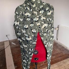 Brand: John Rocha Varetype: Lækre løse og tynde sommerbukser Størrelse: 20 (46-48) Farve: Armygrøn  Lette løse bukser med elastik og bindebånd i talje. Lige ben. Lille opslag forneden på ben. Blomster på armygrøn baggrund.  Polyester med 7% elastan.   Bukserne er nye og afprøvet en gang.