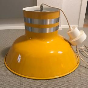 Den fineste industrielle retrolampe. Stor med diameter på 47cm og højde 30cm. Til 2 pærer. Sælges kun da den er for stor til det formål den er købt. Den er let, så den kan hænge hvor som helst.  Industrilampe pendel spisebordslampe retro gul
