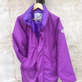 Vintage moncler jakke fra 1980, en jakke man ikke så tit kommer forbi. Har dsv et enkelt flaw ved siden af lommen