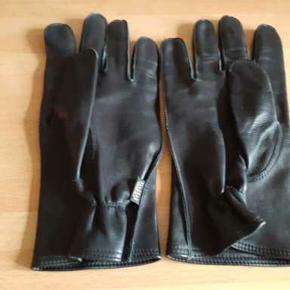 Helt nye Randers handsker - kaldet politihandsken - i lækkert blødt lammeskind. Størrelsen er angivet i cm. i handsken (21 cm. svarer ca. til størrelse 8 - 8,5 eller large). Mål omkredsen af din hånd på det bredeste sted uden tommelfingeren. Butikspris : 678,-