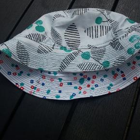 Har selv syet bøllehat til min teenagedatter. Har stof tilbage - så mulighed for at lave en unik hat til endnu et par stykker. Str passer 12 år - voksen ( hedder vist 56). Vendbar - så to hætte i en.