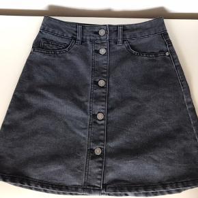 Højtaljet denim nederdel. Brugt meget få gange. Skriv pb for flere billeder:)