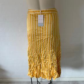 Fin gul stribet nederdel i hvid og gul. Helt ny aldrig brugt med mærke. Den kan passes af en str. 34-38 (xs-m)