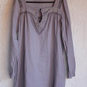 lavendelfarvet tunika fra DAY , str 36  100 % bomuld  Bryst 2x50 cm, længde midt bag 87 cm , ærme 49 cm underside.