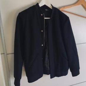 Mega lækker uldjakke / bomber i helt mørkeblå i fin uld- super smuk jakke, næsten ikke brugt.  Nypris 700