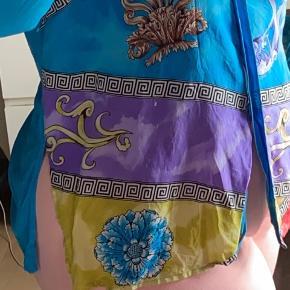 Sælger denne smukke vintage skjorte 🤩 Ærmeknapper på begge ærmer mangler, men ellers fejler den intet. Sælger gennem handlen herinde, men hvis anden form for fragt ønskes finder vi ud af det. Kan også afhentes :) 🌸  Prisen er til forhandling, så skriv gerne ved interesse 💛  // Emilie 🧡