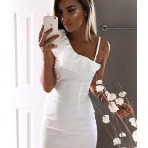 Flotteste hvide Vila kjole, aldrig brugt og stadigvæk med prismærke Fitter både S og M. Np.450kr Mp.110kr  #30dayssellout