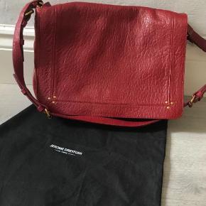 Jerome Dreyfuss taske i bordeaux/rød. Modellen hedder Albert. Ny pris er 5000kr, og vil gerne så tæt på de 3200kr som muligt. Bytter ikke.