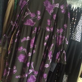 Smuk kjole fra YAS  Passer en str s/m