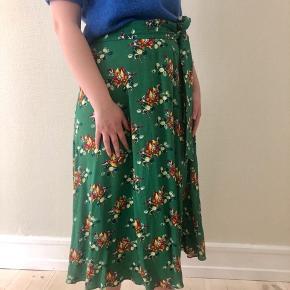 Fin grøn sommernederdel med blomster fra & other stories.   Nederdelen er i 100% viskose, har et bindebånd og lukkes med lynlås og knap.   Knappen sidder lidt løst og skal evt. lige sys (se billede).