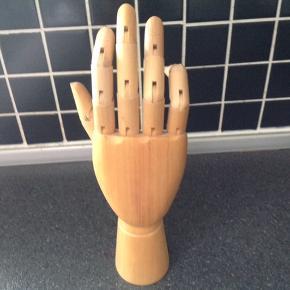 Bevægelig træhånd. Du kan selv bestemme hvordan fingrene på hånden skal se ud. Brug hånden til opbevaring af smykker eller bare som pynt