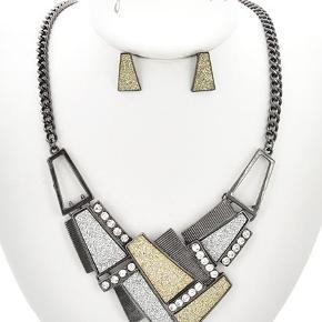Gunblack smykkesæt med krystaller og glimmer  Halskæde længde: 57 cm Matchende ørestikkere  PRISEN PÅ DENNE VARE ER INKL. LEVERING I DK  ¤¤¤ PRISEN ER FAST ¤¤¤
