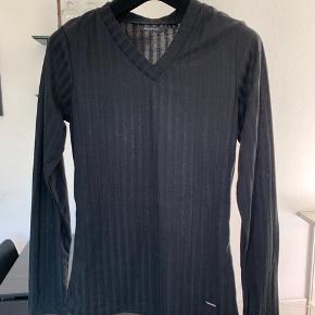 Fin basisbluse med en smule elastik. Mærket er Mywear Ny pris 150 kr. (20€) Købt i Finland