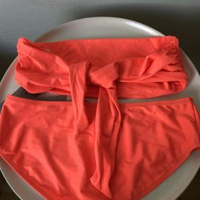 Skarp stærk Koral / Orange farvet bikini fra Samsøe i str. S.  Stor i str., så tror også den passes også af M/38 Aldrig brugt og stadig med mærker/tags. Modellen hedder Bahia. Toppen er bandeau model, som skal bindes og totallængde er ca 125 cm. Trussen måler ca 22 cm i længden. Oprindelig detail pris 600 (købt som prøve til 300)