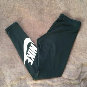 Næsten ikke brugt. Nike løbebukser der er gode i vinteren eller når det er koldt udenfor. Jeg har i forvejen et par, derfor sælger jeg.  BYD!🌸
