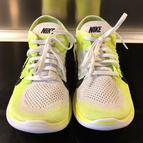 Nike FREE FLYKNIT 4.0 Str. 37,5 Brugt ganske få gange, er næsten som ny. Selvom det ligner der er slidt noget af neon farven på sålen, så er det en del af designet.   Køber betaler fragt medmindre andet er aftalt.