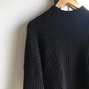 Sort sweater i mohair-blend fra H&M trend.