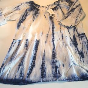 Hvid tunika m/blåt batik mønster. M/elastik og bindebånd i halsen. 3/4 ærmer m/mulighed for opsmøg (se billede 1 og 2).   Str. 42.