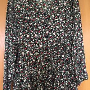 Flot 90'er vintage / retro grunge kjole i små blomstert print. Kjolen er gennemknappet og standen er rigtig god. Str. 38