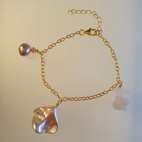 Håndlavet armbånd i forgyldt sølv med rosa perle, ferskvandsperle med pink bicone, og halvædelsten (rosakvarts). Ca. 16 cm lang, men kan indstilles i længden op til 20 cm. Nikkelfri.  PRISEN ER FAST.