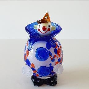 Charme, selvtillid... Glaskunst, mundblæst glasklovn i skønne farver. Måler 12 cm i højden og er i perfekt stand.