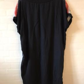 Fint ærmeløs kjole - skøn model og med få men fine farvetwist