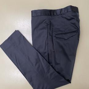 Fine bukser i satinlook og med lidt stræk. Det er en lidt stor 36.