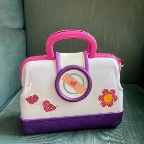 Doktor mcstuffins taske  21 cm L 18 cm h -fast pris -køb 4 annoncer og den billigste er gratis - kan afhentes på Mimersgade 111. Kbh n - sender gerne hvis du betaler Porto - mødes ikke andre steder - bytter ikke
