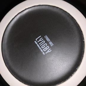 Lyngby vasen i sort. Måler 20 cm