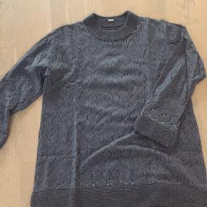Fin grå Gustav bluse med strik kanter og glimmer effekt. Byd