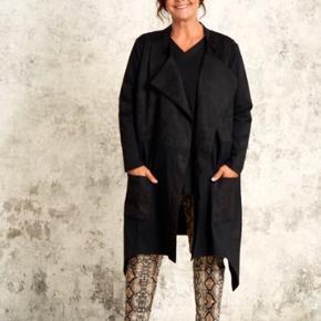 """Varetype: Lækker cardigan / jakke  Farve: Sort Oprindelig købspris: 1095 kr.  Lækker cardigan jakke . Kan både bruges som inde og ude .  Sammensat af 2 kvaliteter : bomulds Jersey og """" fake"""" ruskind"""