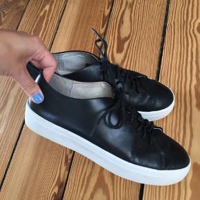 Tiger of Sweden Yvonne sneakers i sort læder. I rigtig god stand, ingen mærker eller skader i læderet. Nypris 1500kr
